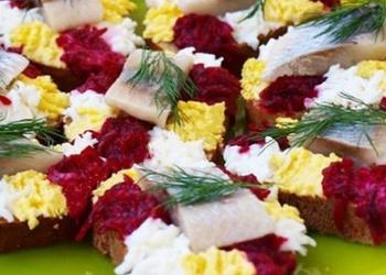 Maizītes svētkiem ar mazsālītu siļķi, vārītu bieti un cieti vārītu olu