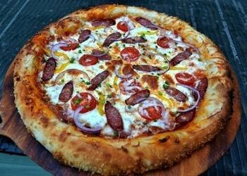 Pica ar mednieku desiņām, ķirštomātiem, ķiploku grauzdiņiem