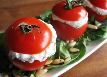 Pildīti tomāti ar kūpinātu šķiņķi