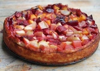Mazkaloriju biezpiena – augļu kūka