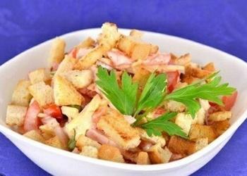 Tomātu salāti ar kūpinātu vistas gaļu, sieru un grauzdiņiem