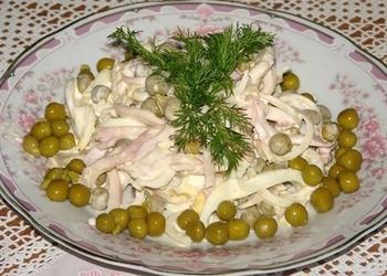 Kalmāru salāti ar zaļajiem zirnīšiem
