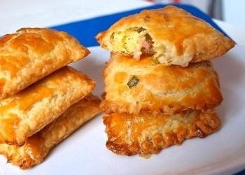 Kārtainās mīklas pīrādziņi ar šķiņķi un sieru