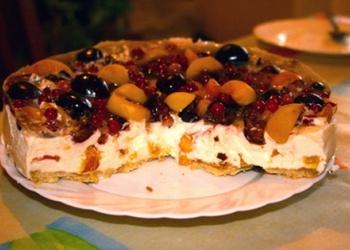 Biezpiena torte ar persikiem un ķiršiem