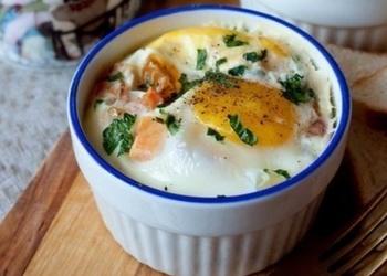 Formiņās saceptas olas ar šķiņķi un tomātiem