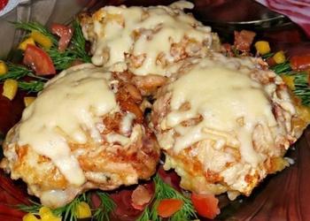 Krāsnī cepta vistas gaļa ar sēnēm kartupeļu kažokā