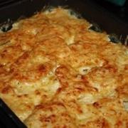 Krāsnī cepti kartupeļi ar skābo krējumu un sieru