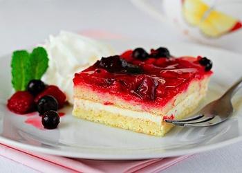 Biskvīta kūka ar krēmsieru un augļiem