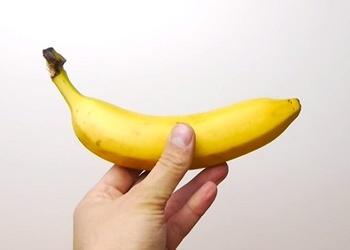 Kā sagriezt banānu nenoņemot mizu