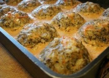 Krāsnī cepti tefteļi ar sēnēm, tomātu-skābā krējuma mērcē