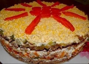Aknu salāti ar marinētiem gurķiem un olām