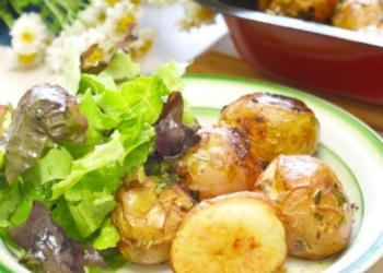Kartupeļi ar ķiplokiem un zaļumiem