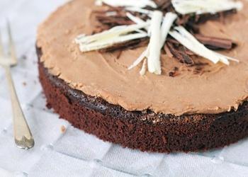 Šokolādes kūka ar saldo krējumu