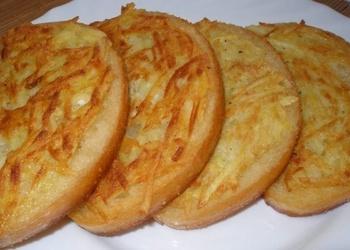 Ceptas baltmaizes šķēles ar kartupeļiem brokastīm