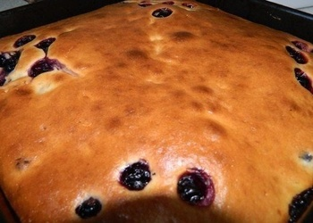 Skābā krējuma mīklas pīrāgs ar riekstiem un rozīnēm