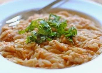 Rīsi ar vistas gaļu, tomātiem un saldo krējumu