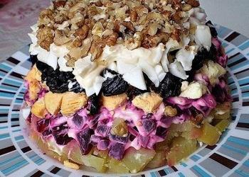Kārtainie biešu salāti ar melnajām plūmēm un valriekstiem