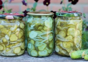 Pikantie gurķu salāti ar sīpoliem un čili