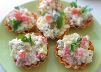 Mazsālīta laša salāti ar olīvām