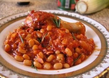 Pupiņu salāti ar tomātu mērci