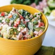 Svaigu gurķu salāti ar kūpinātu desu
