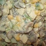 Šampinjonu salāti ar vistas fileju, svaigiem gurķiem un konservētu kukurūzu