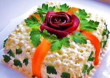 Biešu salāti ar šķiņķi un marinētām sēnēm