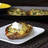 Kartupeļu laiviņas ar sieru, spinātiem un artišokiem