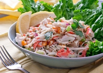 Krabju salāti ar marinētām sēnēm