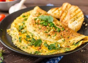 Omlete ar kūpinātām reņģēm