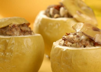 Ar šķiņķi pildīti skābēti āboli