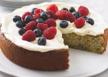 Jogurta – pistāciju kūka ar svaigām ogām
