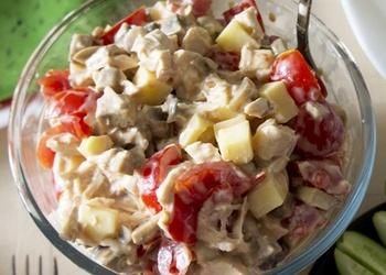 Vārītas vistas gaļas salāti ar šampinjoniem, tomātiem un sieru