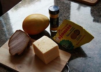 Viegli pagatavojami mango, šķiņķa un siera salāti