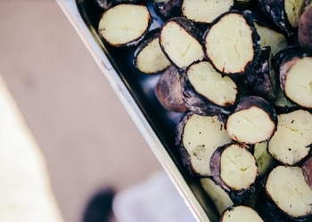 Kartupeļus cep ugunskura oglēs, līdz tie ir gatavi. Nav noteikta kartupeļu cepšanas ...