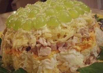 Kārtainie vistas gaļas salāti ar vīnogām un valriekstiem
