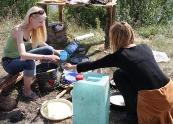 Kā mazgāt traukus zaļumos