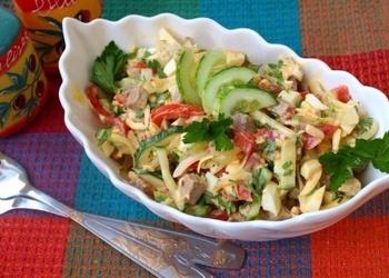 Liellopu gaļas salāti ar dārzeņiem, sieru un jogurtu